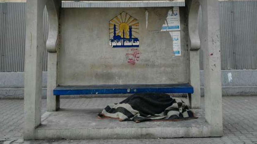 محطة انتظار أتوبيس أصبحت مأوى للمشردين فى الشوارع