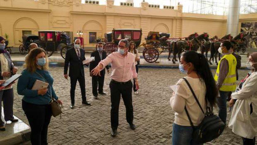 وزير الآثار يتفقد متحف المركبات