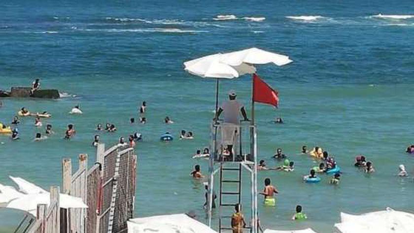 الرايات الحمراء على شواطئ الإسكندرية