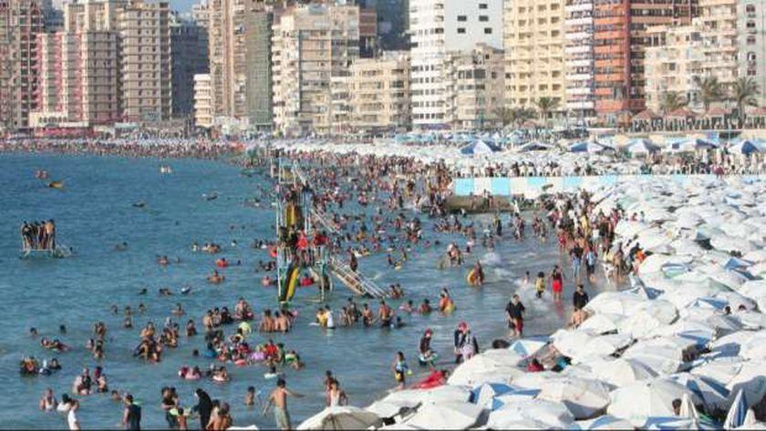 شواطئ الاسكندرية مكتظة بالمصطافين هذا العام