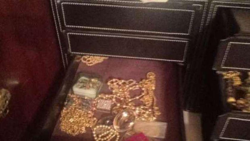 كمية من المشغولات الذهبية المعثور عليها داخل الشقة