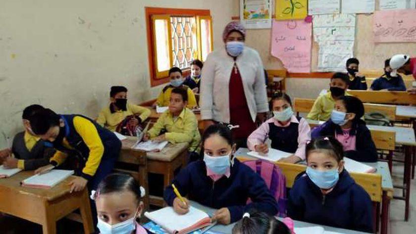 الطلاب يرتدون الكمامات الطبية دخول الفصول الدراسية لمواجهة كورونا