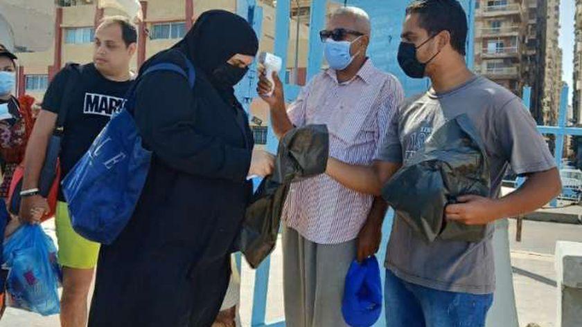 توزيع أكياس قمامة على الشواطئ في الإسكندرية