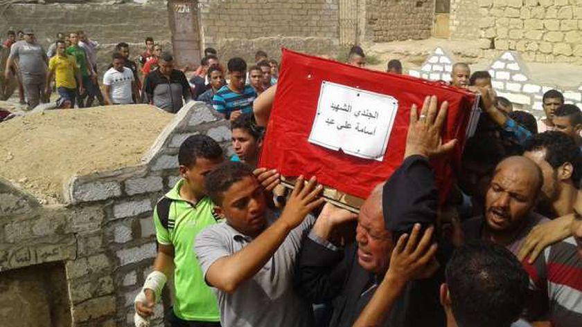 """أهالي """"الحلابية"""" في بني سويف يشيعون جثمان أسامة علي """"شهيد العريش"""""""