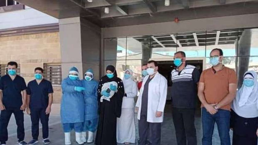 أطباء مستشفى عزل بلطيم يحتفلون بخروج مرضى