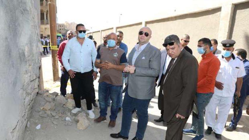 تصدع عقار قديم ببني سويف والمحافظ ومدير الأمن يتفقدان المنطقة