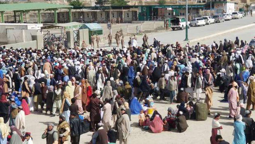 مواطنون عند معبر حدودي بين أفغانستان وباكستان بمدينة جمن