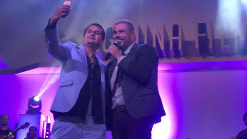 عمرو دياب مع احد معجبية