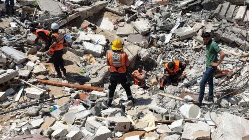 رجال الحماية المدنية في غزة وسط الركام