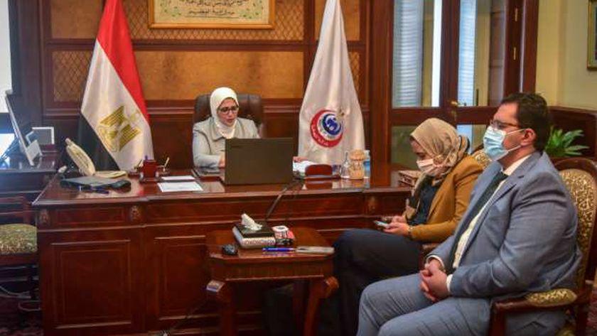 الدكتورة هالة زايد خلال اجتماعها مع قيادات وزارة الصحة