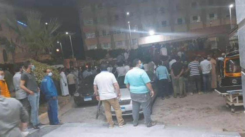 أهالي الضحايا أمام مستشفى رشيد