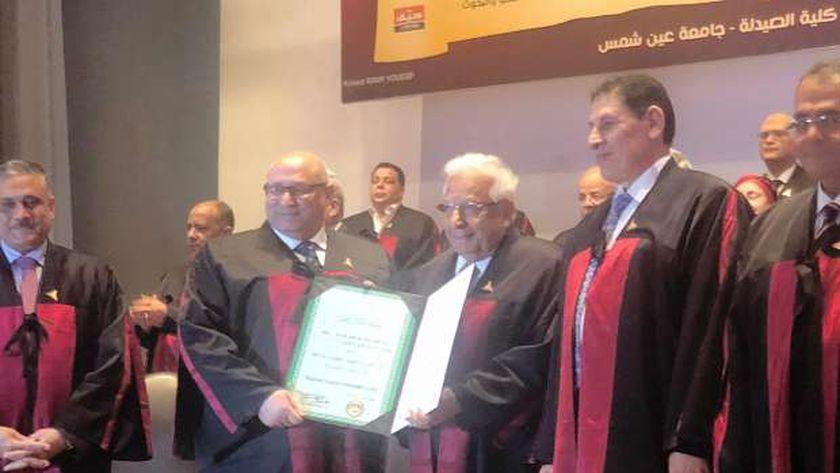 """أحمد عكاشة يتسلم """"الدكتوراه الفخرية"""" من جامعة عين شمس"""