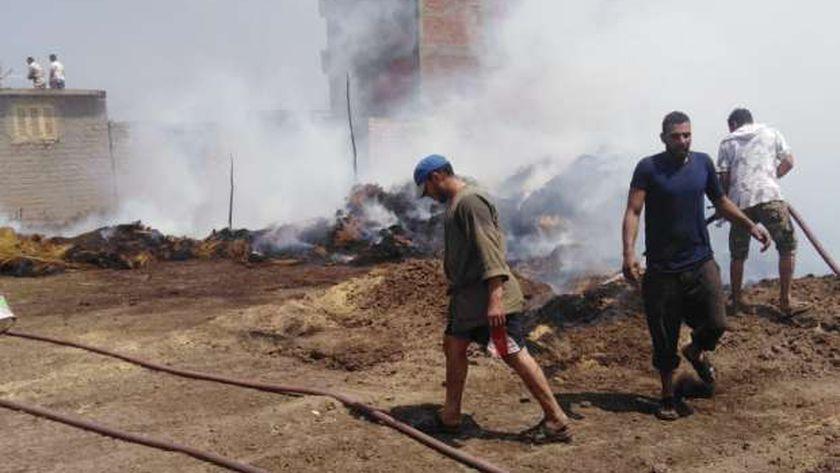 حريق هائل بمخزن كرتون وخردة يتسبب في انعدام الرؤية بدائري الفيوم