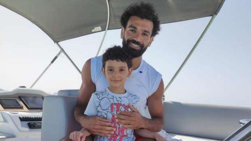 محمد صلاح مع الطفل أحمد عرفة في الغردقة