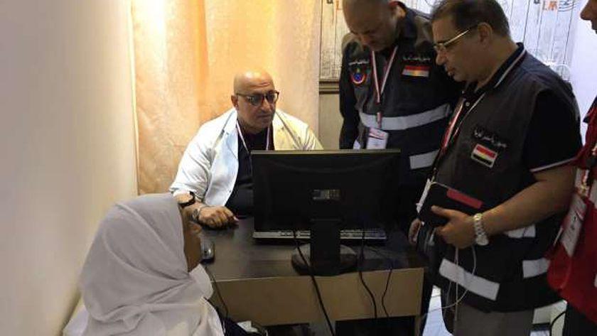 الدكتور محمد شوقي رئيس البعثة الطبية للحج في جولة بعيادات البعثة