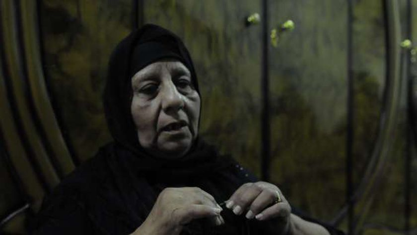 """والدة الملاكم كريم إبراهيم أثناء حديثها مع """"الوطن"""" داخل غرفته"""