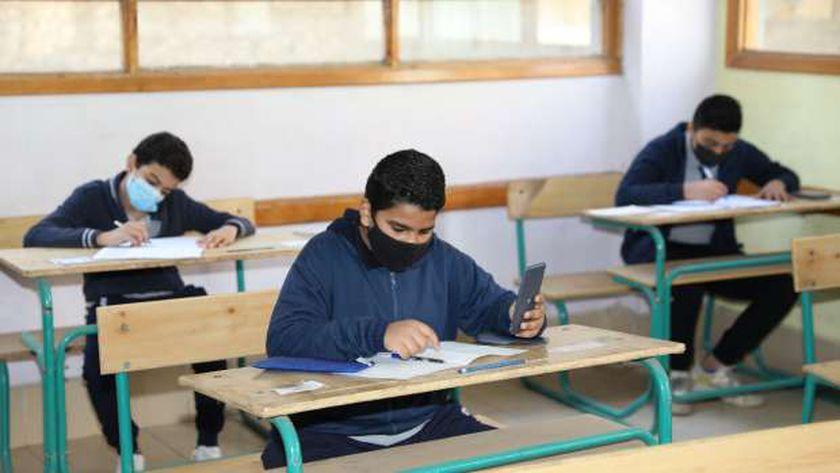 طلاب المرحلة الإعدادية أثناء أداء امتحانات الترم الأول