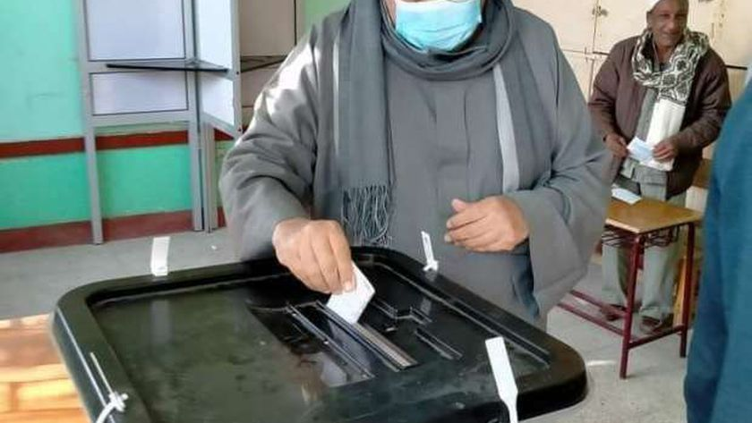 الشيخ محمد الطيب شقيق شيخ الأزهر يدلي بصوته في الأقصر