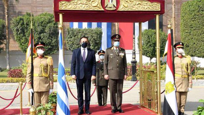 وزير الدفاع يلتقي بنظيره اليوناني خلال زيارته الرسمية لمصر