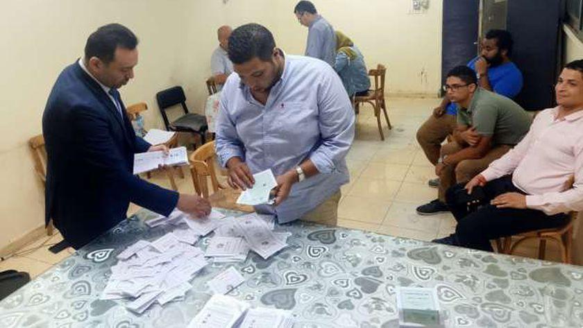 عملية فرز أصوات الناخبين فى الجولة الأولى بانتخابات مجلس النواب فى الدقى