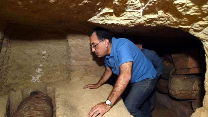 رئيس الوزراء أثناء اكتشافه آثار سقارة