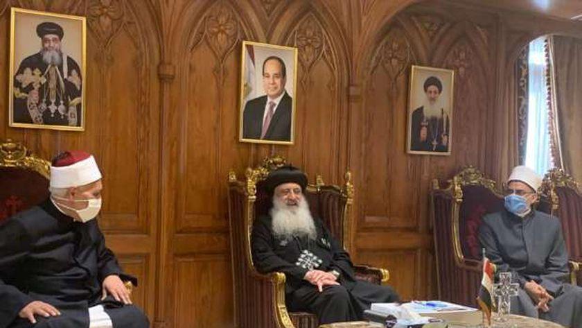 الأنبا بولا مع رئيس وفد خريجي الأزهر