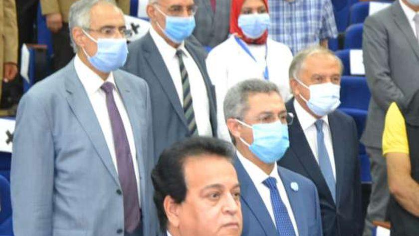 وزير التعليم العالي يقف دقيقة حداد على ارواح شهداء جيش مصر الأبيض