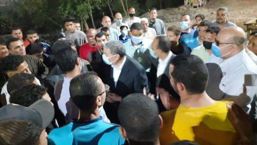 محافظ المنيا مع شباب قرية صفانية عقب وقوع الحادث
