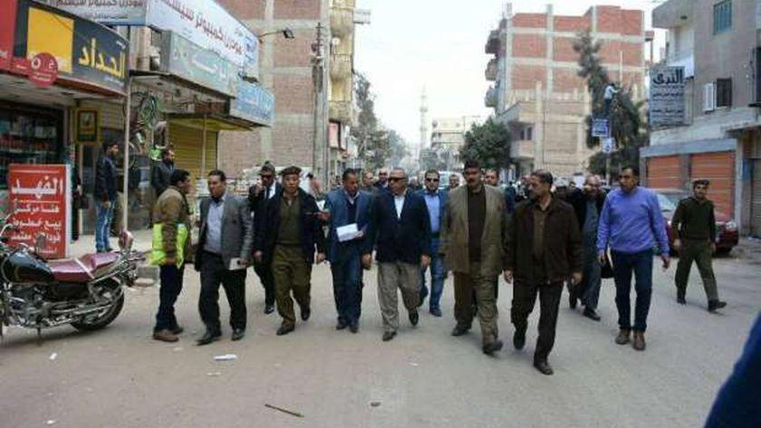 محافظ الشرقية يتابع رصف الطرق بمركز فاقوس