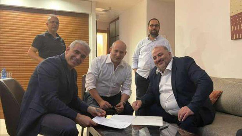 يائير لابيد و نفتالي بينيت ومنصور عباس