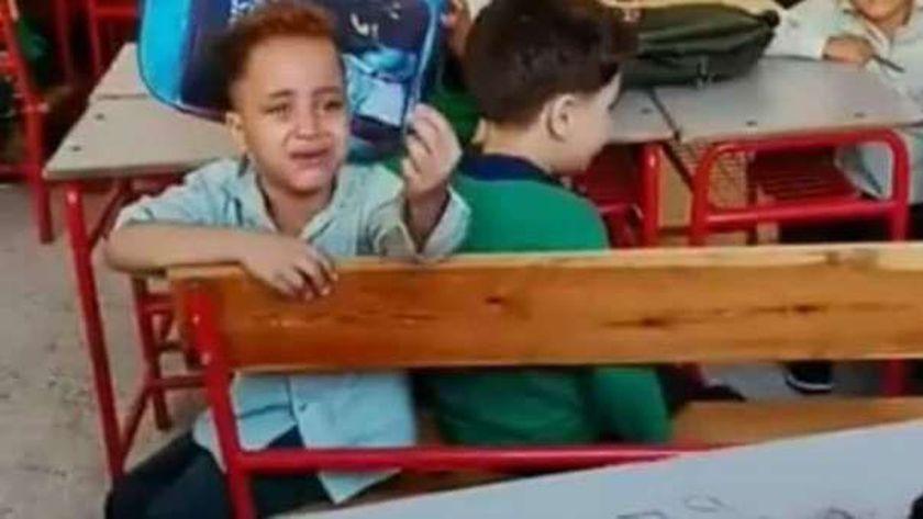 الطفل يترجى معلمته لكي ينام