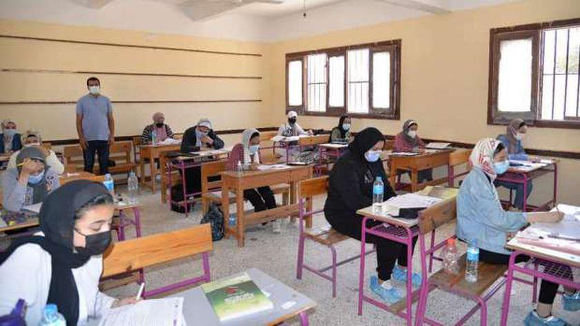 طلاب يؤدون الامتحانات