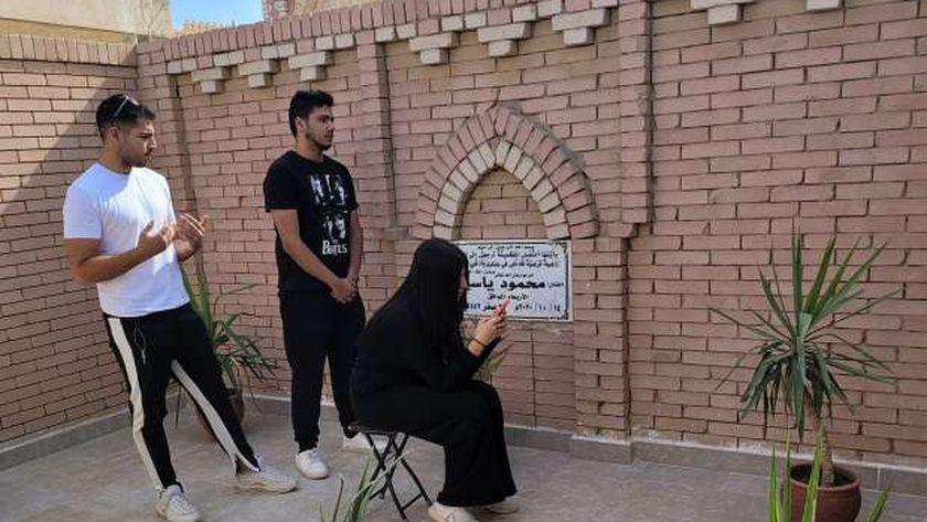 عائلة الفنان محمود ياسين أمام قبره