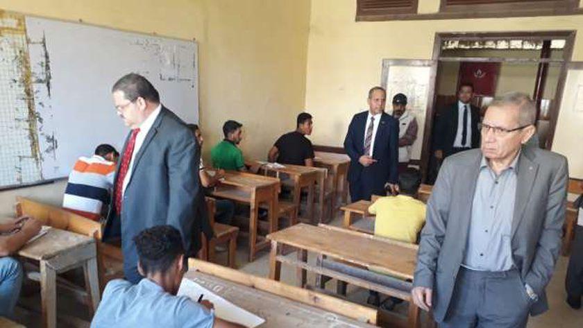 صورة أرشيفية للدكتور محمد مجاهد نائب وزير التعليم أثناء تفقده إحدى اللجان