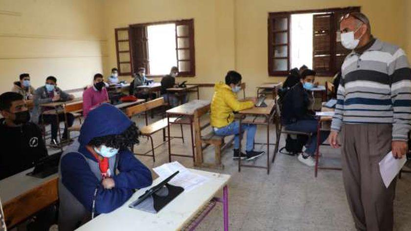 أحد لجان الامتحانات لطلاب أولى ثانوي صباح اليوم