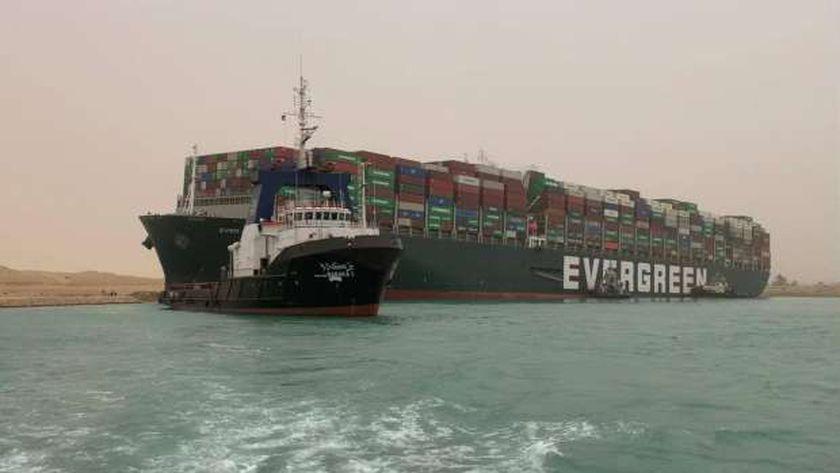 تعويم السفينة الجانحة بقناة السويس
