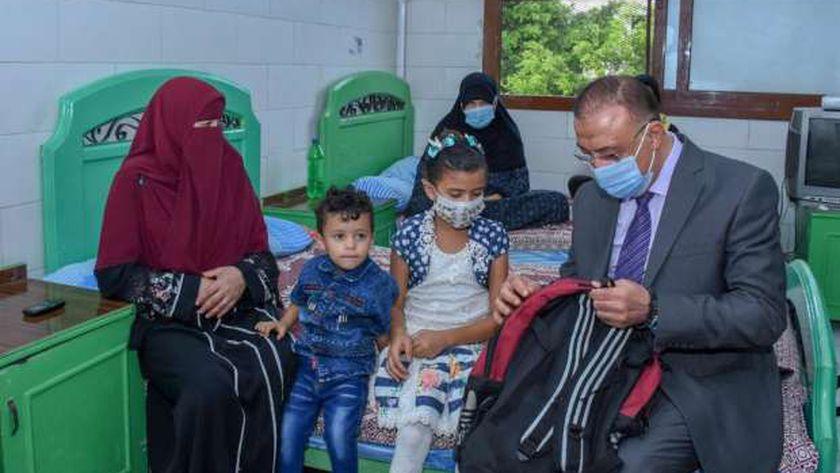 محافظ الإسكندرية يزور مجمع الهلال الأحمر المصري للخدمات الاجتماعية والصحية بمحرم بك ، لتقديم الدعم اللازم لأطفال مرضى السرطان