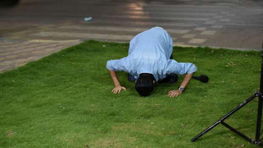 الإعلامي طارق علام يسجد شكرًا لانتهاء تصوير البرنامج