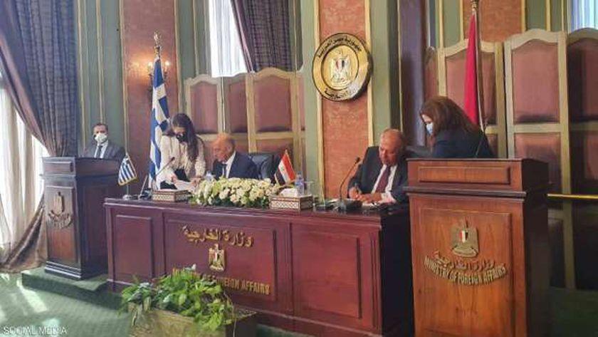 وزير الخارجية المصري ونظيره اليوناني أثناء توقيع الاتفاقية