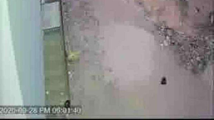 كاميرات مراقبة تظهر سيدة تضع سحر لأهالي قرية