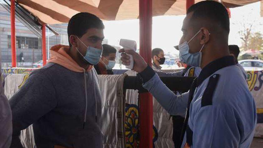 طلاب بجامعة حلوان أثناء أداء الامتحان وسط إجراءات احترازية للوقاية من «كورونا»