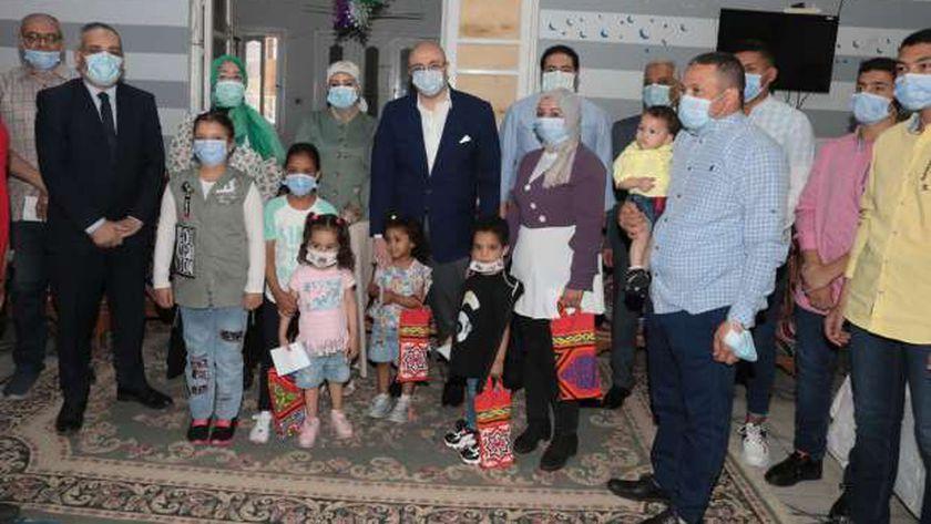 محافظ بني سويف يوزع العيديات على الأطفال الأيتام في أول أيام عيد الفطر