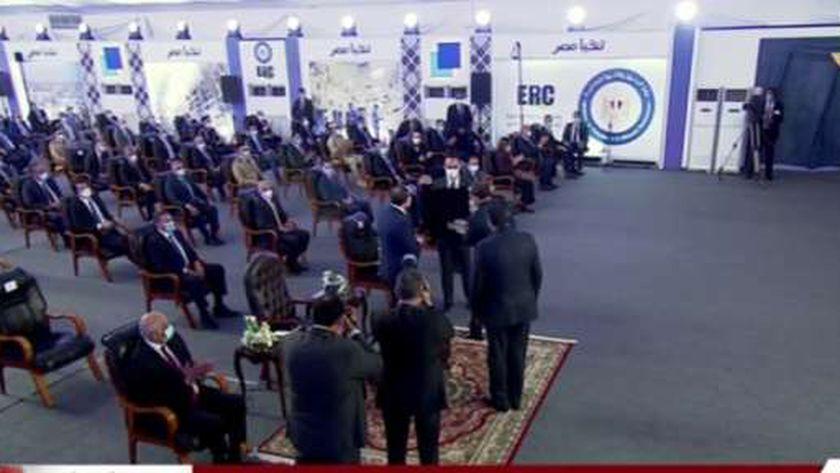 الرئيس عبد الفتاح السيسي أثناء استلام الهدية التذكارية