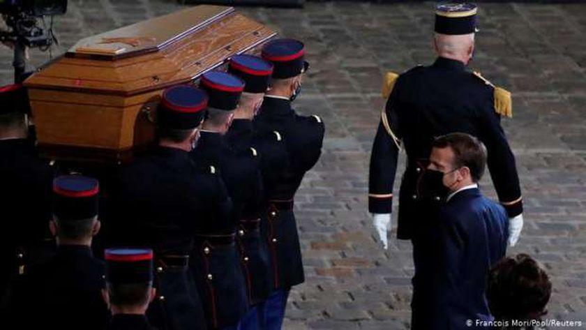 الرئيس الفرنسي ماكرون خلال تشييع المدرس الفرنسي صامويل باتي