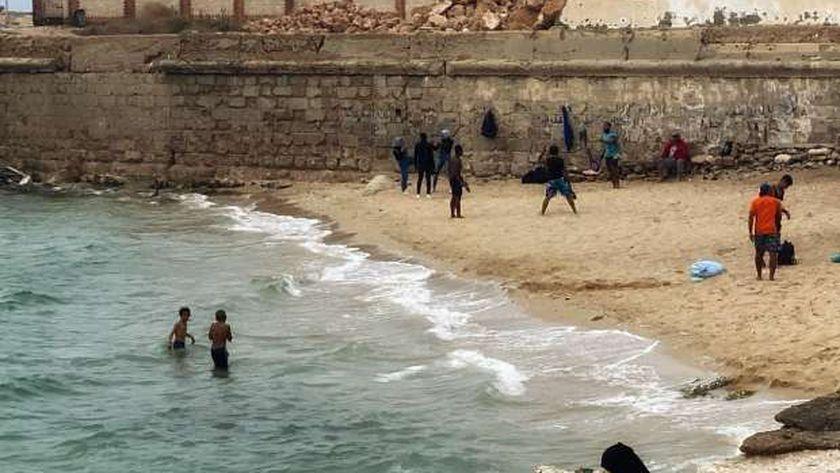 أهالي الإسكندرية في البحر قبل حلول نوه الفيضة الكبرى