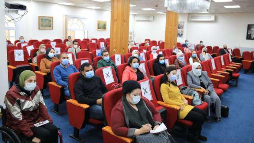 عدد من الموظفين خلال تدريبهم