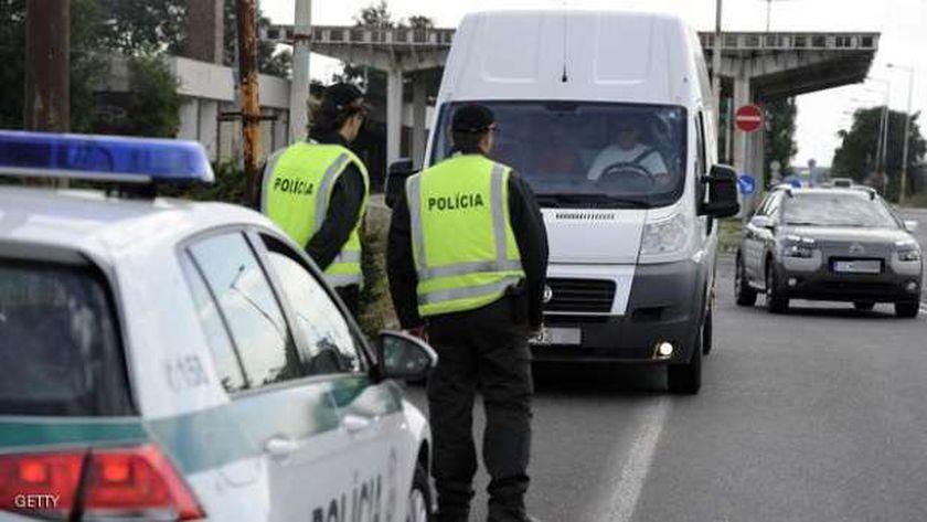 عنصران من الشرطة التشيكية