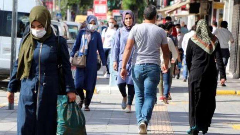 مواطنون يرتدون الكمامة فى الشوارع لتجنب الإصابة بكورونا