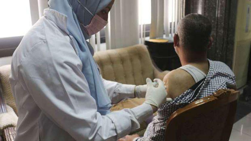تطعيم المواطنين باللقاحات المضادة لكورونا.. أرشيفية