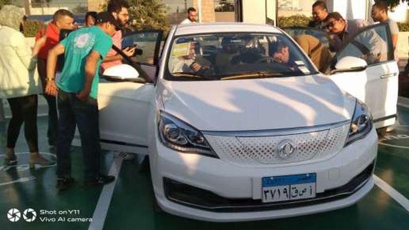 وزير قطاع الأعمال العام يطلق 13سيارة كهربائية للتجربة في مصر